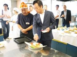 瓶詰めうにを使ったレシピコンテスト_前田下関市長に説明する友枝課長