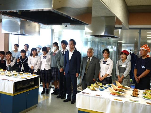 瓶詰めうにを使ったレシピコンテスト_前田下関市長と参加者で記念撮影